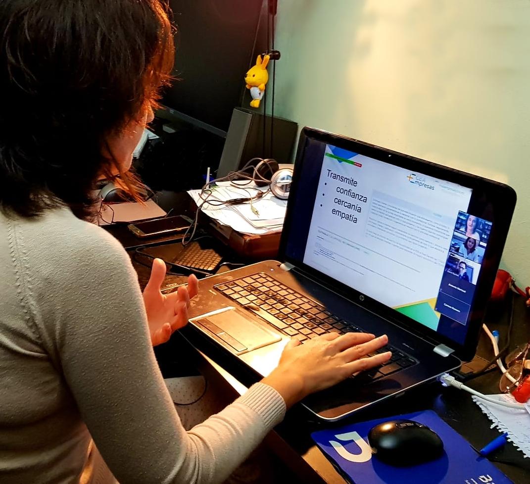 Amparo Bou impartiendo un webinar sobre comunicación de crisis